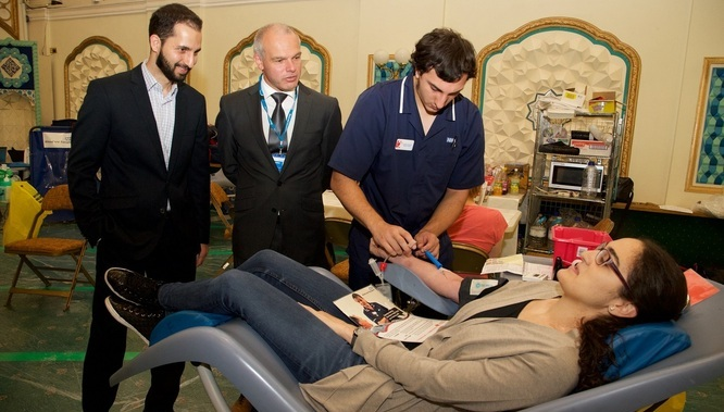 L-R: Mike Stredder, Director of Blood Donation at NHS Blood and Transplant, Ehsan Rangiha, Chairman, Islamic Unity Society